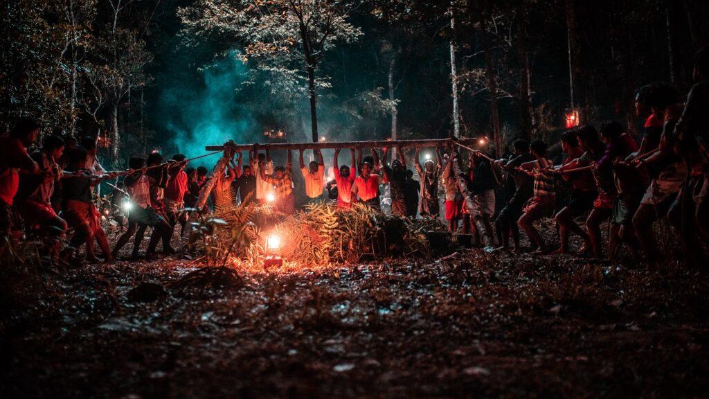 Im nächtlichen Wald hat die Jagdgesellschaft eine Winde gebaut, um den Stier aus der Grube zu holen - Zorn der Bestien - Jallikattu