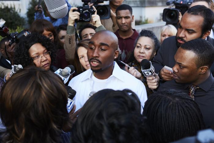 Tupac im Interview in Umgebung