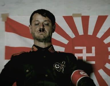 Hitler posiert vor der Flagge der African Kung-Fu Nazis
