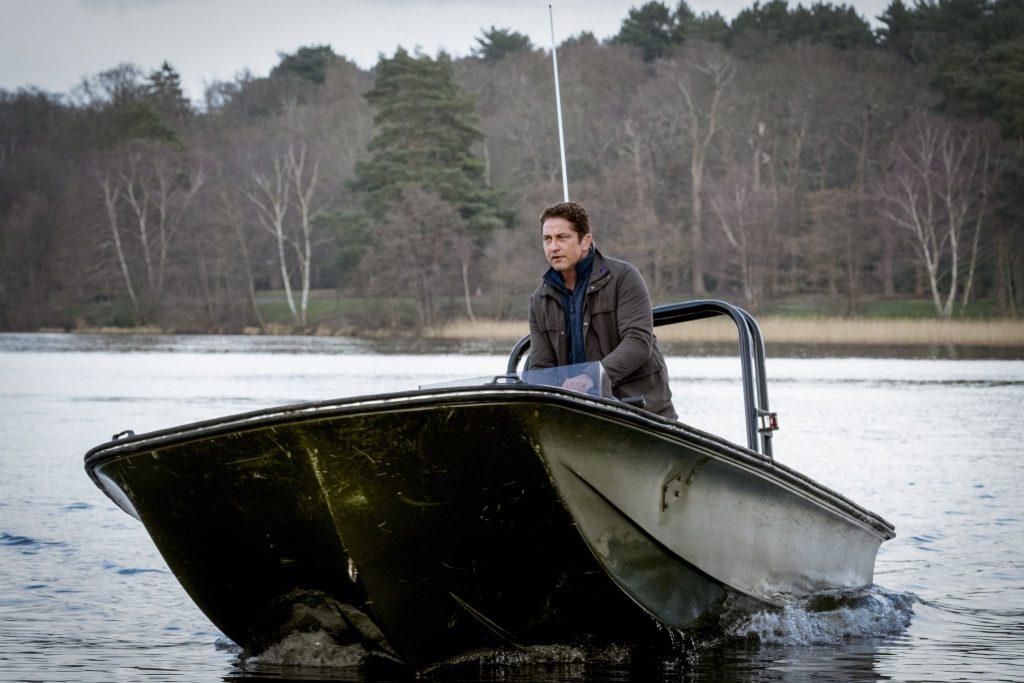 Gerard Butler als Secret-Service-Agent Mike Banning in einem Schnellboot auf einem See in Angel Has Fallen