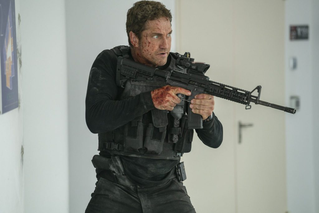 Gerard Butler als Mike Banning in voller Kampfmontur mit Gewehr in Angel Has Fallen