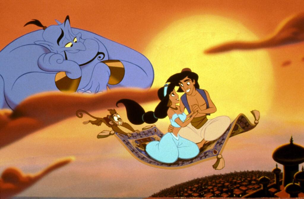 Aladdin und Jasmin haben nur Augen füreinander, als sie auf dem fliegenden Teppich dahingleiten, während das Äffchen Apu Mühe hat, sich daran festzuhalten und Dschinni sie aus den Wolken beobachtet - Filme von Disney.
