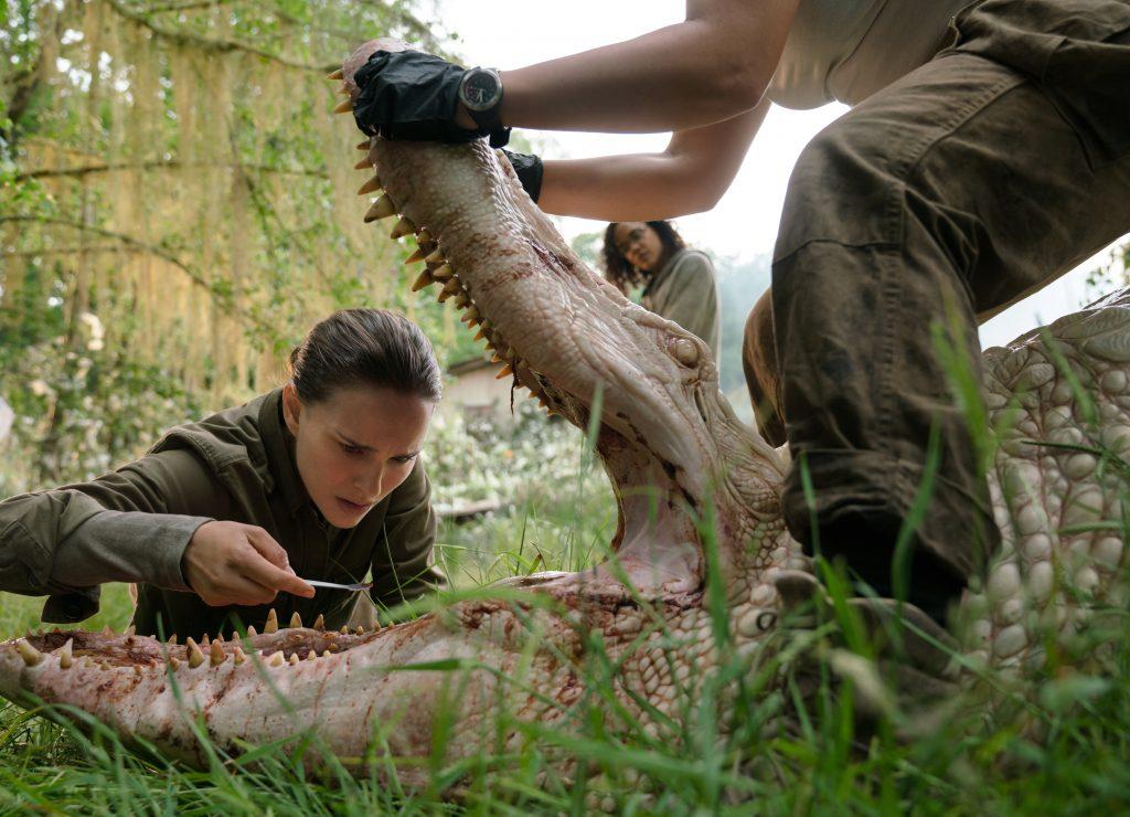 """Lena (Natalie Portman) untersucht das Gebiss eines Riesenalligators in """"Auslöschung"""" © Netflix"""