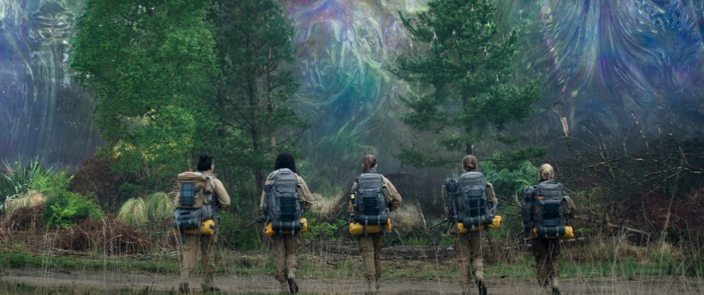 "Das Expeditionsteam betrachtet ehrfürchtig den mysteriösen Schimmer in ""Auslöschung"" © Netflix"