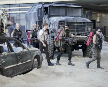 Lilly, Guzman, Ludwig, Vanderohe und Cruz laufen zwischen Autowracks hindurch.