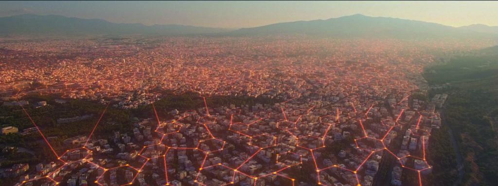 Ein virtuelles Gitternetz legt sich wabenförmig über eine Großstadt - Neu bei Prime im Juli 2020
