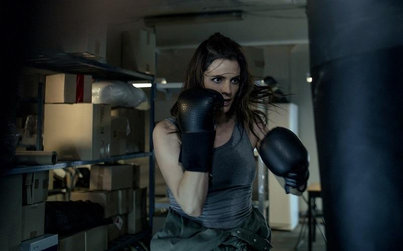 FBI-Agentin Emily trainiert an einem Sandsack in ihrer Wohnung - Neu bei Prime im Juli 2020