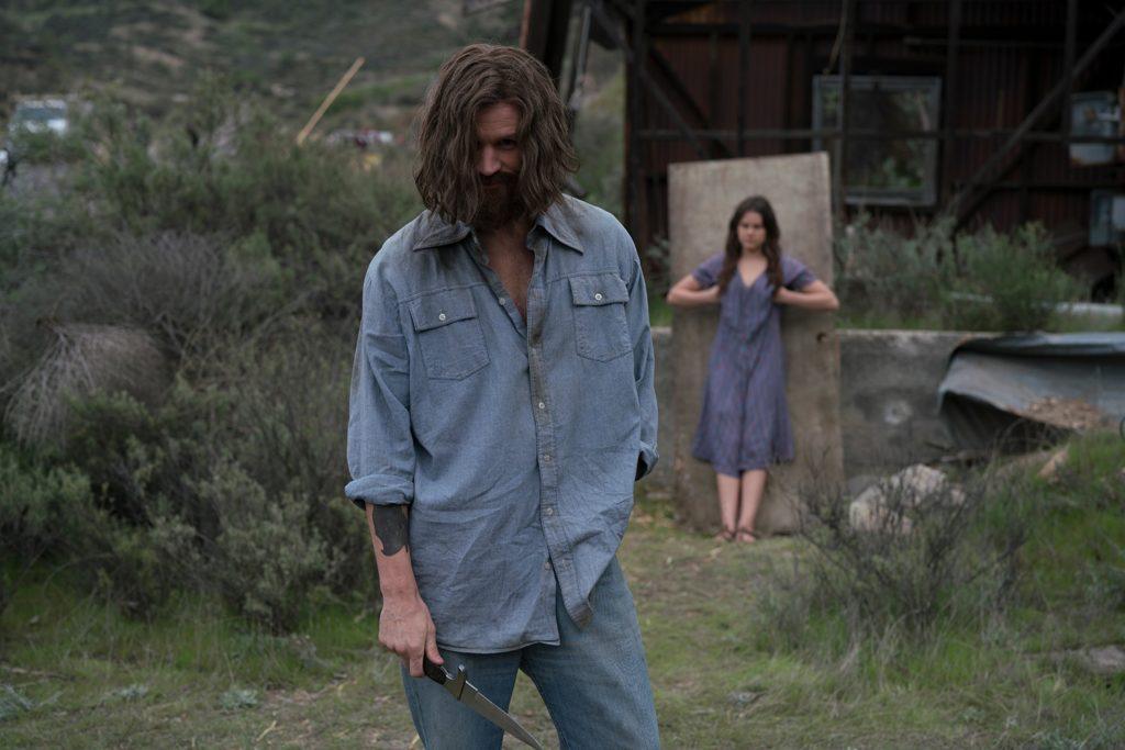 Matt Smith zeigt als Charles Manson ein Messer und ein schelmisches Grinsen, Charlie Says ist neu bei Prime im Februar 2020