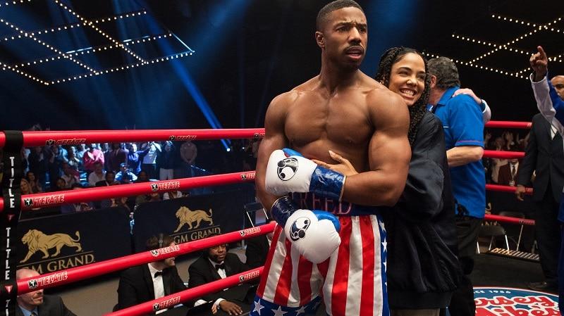 Creed steht nach einem Kampf fassungslos im Rind, während ihn seine Freundin von hinten umarmt - Neu bei Prime im September 2020