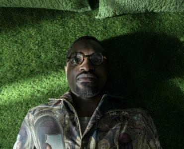 Fredwynn liegt mit offenen Augen auf dem Boden