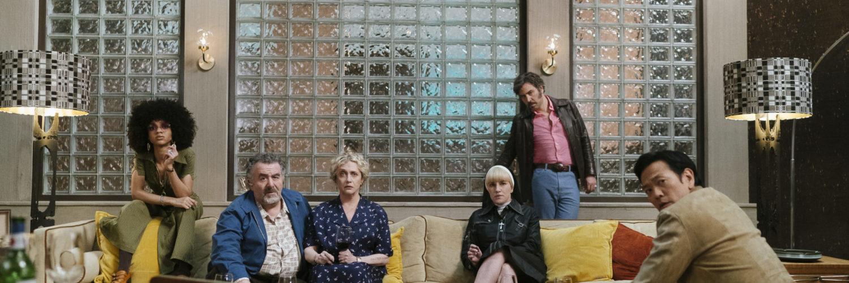 Die Hauptdarsteller sind im Wohnzimmer und harren der Ding, die in Hunters kommen mögen, neu bei Prime im Februar