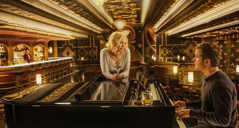 Chris Pratt sitzt im großen, gülden glänzenden Salon des Raumschiffs am Klavier, um Jennifer Lawrence zu beeindrucken in Passengers - Neu bei Prime im April 2020