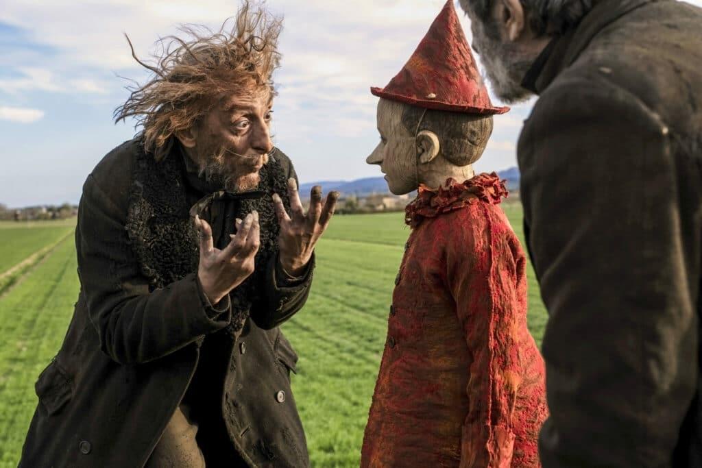 Ein zerzauster Mann mit schmutziger Kleidung und abstehendem Haar redet wild gestikulierend mit dem ruhigen Pinocchio - Neu bei Prime im Dezember 2020