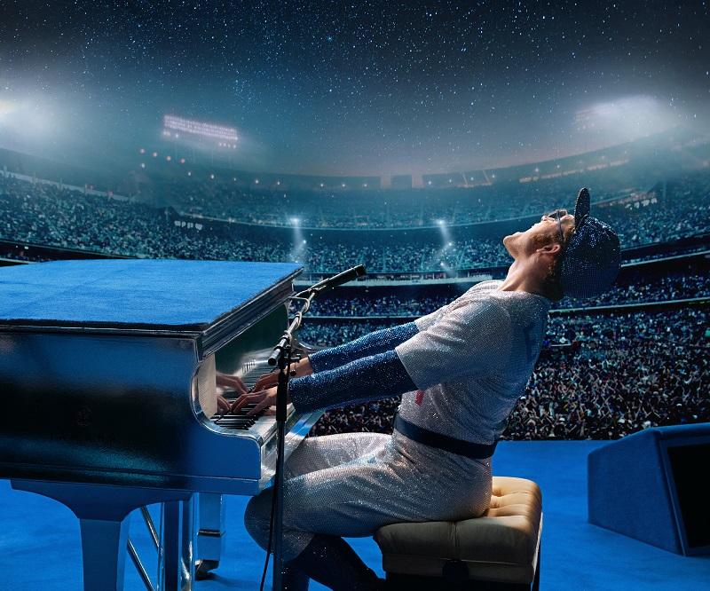 Elton John legt sich am Klavier auf der Bühne vor ausverkaufter Arena ins Zeug als Rocketman - Neu bei Prime im April 2020