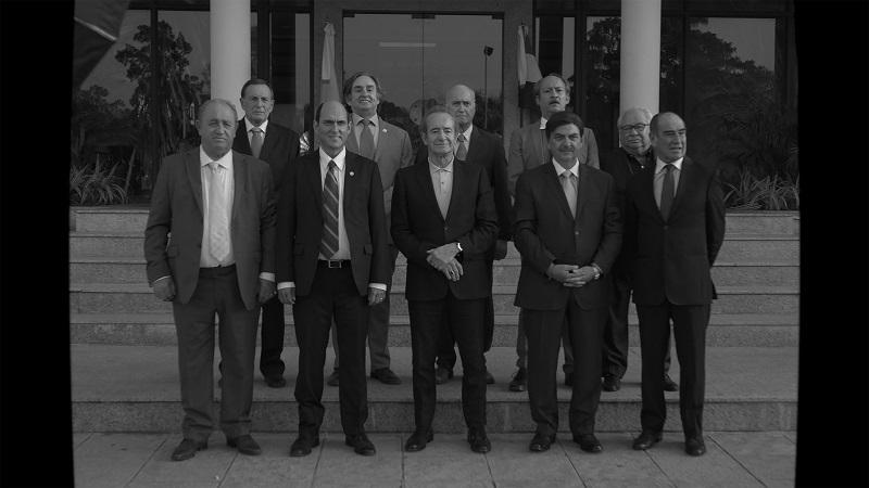 Fußball-Funktionär Sergio Jadue posiert auf diesem Schwarz-Weiß-Foto mit einigen Kollegen auf der Treppe - Neu bei Prime im Juni 2020