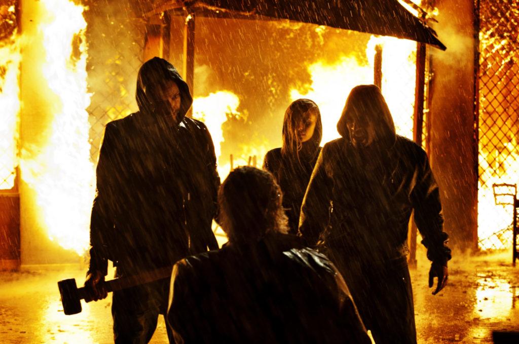Vier finstere Gestalten tummeln sich vor einem brennenden Haus, Suburra gibt es neu auf Prime im Februar 2020
