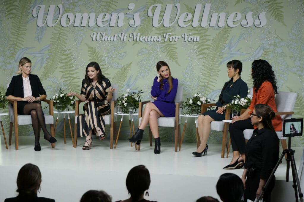 Vier Frauen diskutieren vor Publikum in einer TV-Show über Wellness in The Bold Type - Neu bei Prime im Oktober 2020