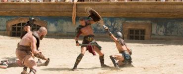 Drei Gladiatoren kämpfen in der Arena vor der tobenden Menge auf Leben und Tod - Neu bei Prime im Juli 2020
