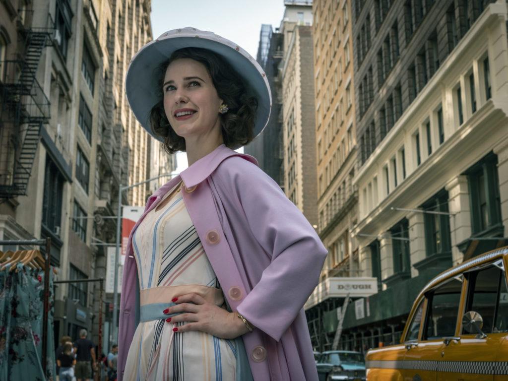 Rachel Brosnahan steht im New Yorker Stadtverkehr, The Marvelous Mrs. Maisel kommt auch in der dritten Staffel neu bei Prime im Februar 2020