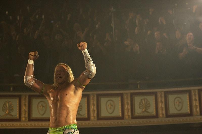 Der Wrestler hebt die Arme und lässt sich vom Publikum feiern - Neu bei Prime im September 2020