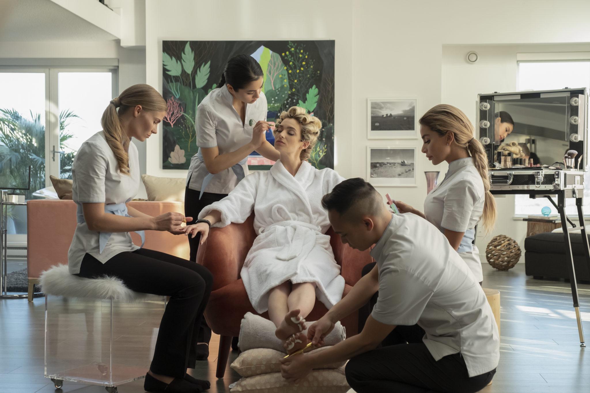 Ingrid lässt sich im Beautysalon von gleich mehreren Mitarbeiter auf einem bequemen Sessel verwöhnen in Upload