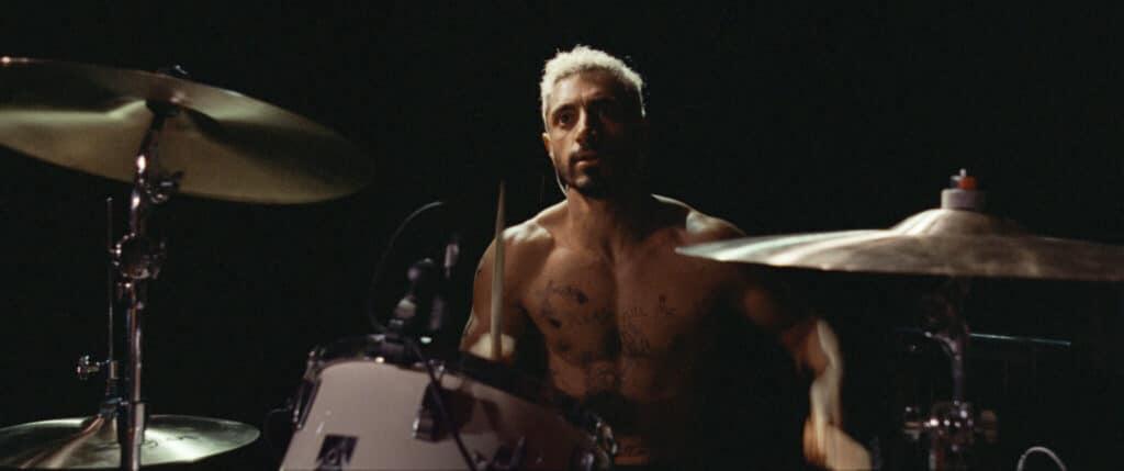Drummer Ruben sitzt hinter seinem Schlagzeug - Neu bei Prime im Dezember 2020