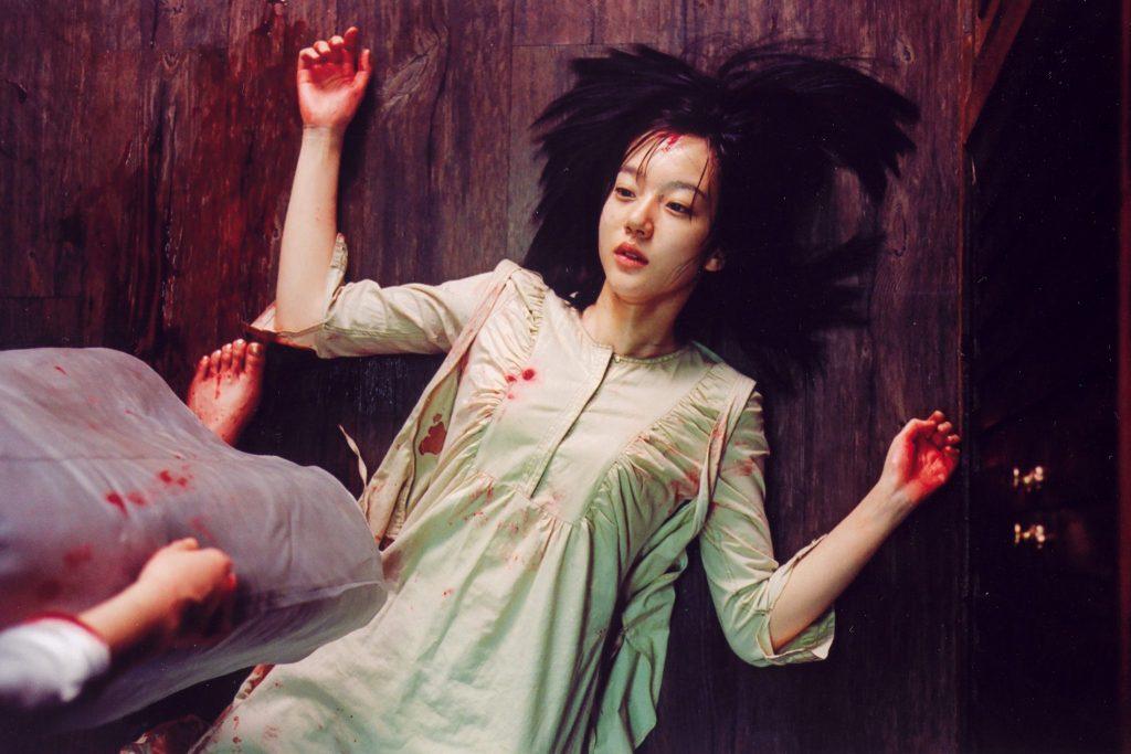 Eine Schwester liegt blutverschmiert auf dem Boden. Eine zweite Person steht neben ihr. Ebenso blutverschmiert.