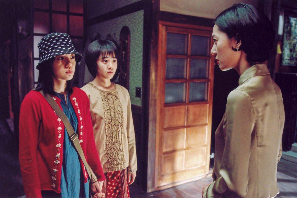 Die beiden Schwestern begegnen ihrer Stiefmutter und schauen sie argwöhnisch an - A Tale of Two Sisters