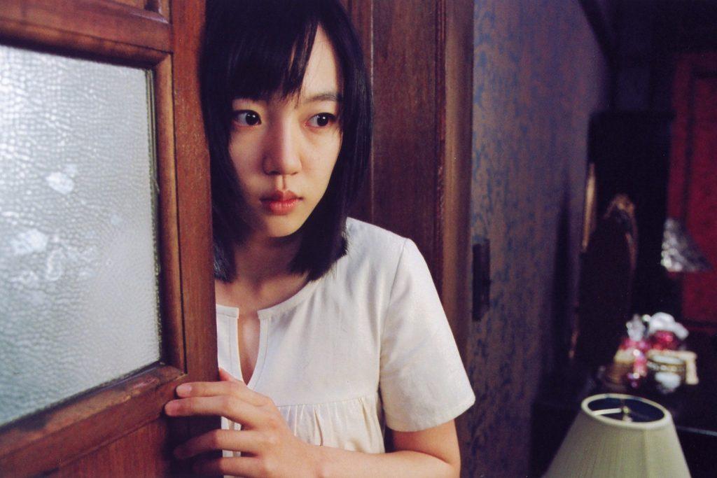 Su-mi schaut ein wenig ängstlich in einen Raum