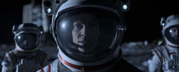 Drei Crewmitglieder in Raumanzügen in Away