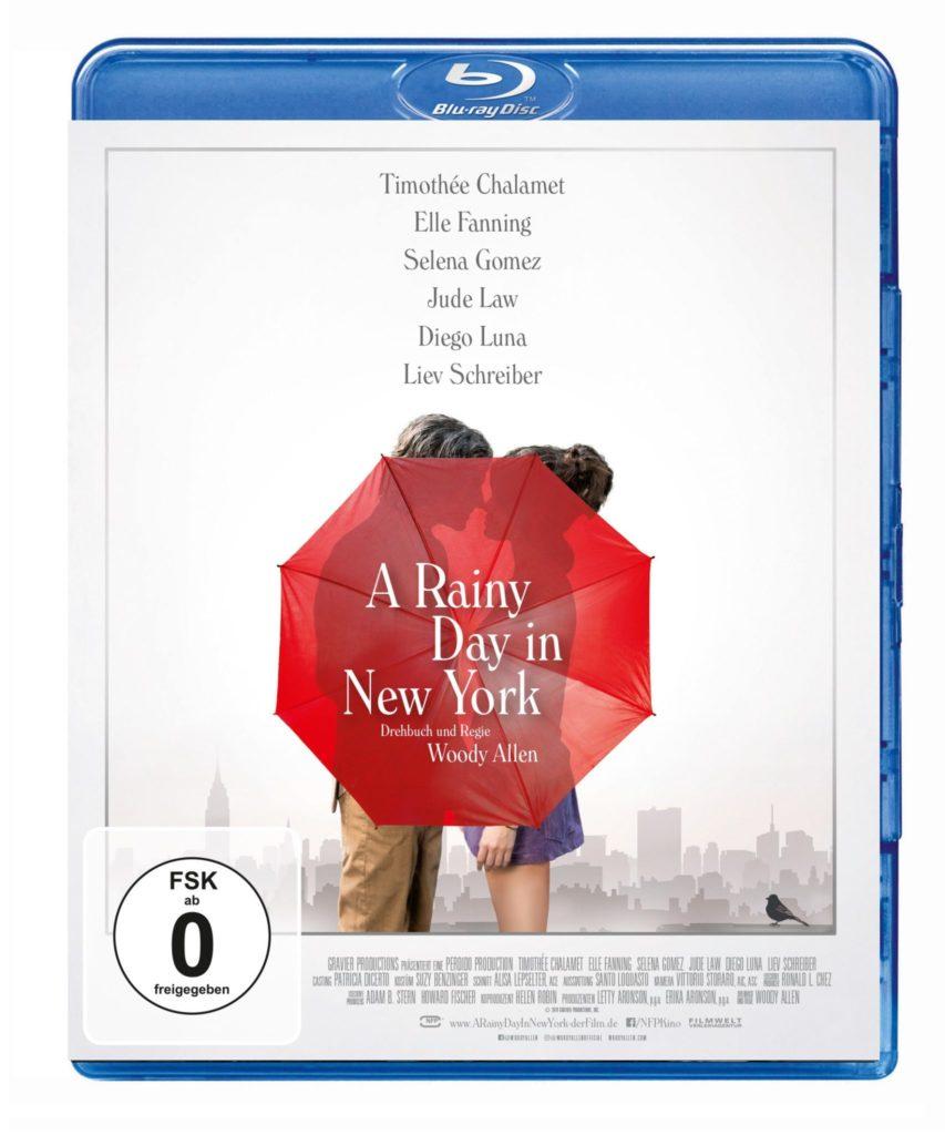 Das Blu-ray-Cover von A Rainy Day in New York zeigt ein nicht näher zu erkennendes Pärchen hinter einem roten Regenschirm vor der skizzierten Kulisse New Yorks.