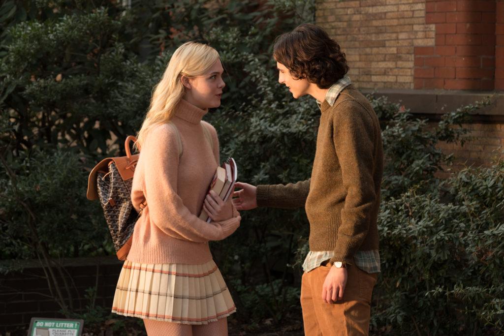 Ashleigh, gespielt von Elle Fanning, und Gatsby, gespielt von Timothée Chalamet, stehen sich in angeregtem Gespräch gegenüber.