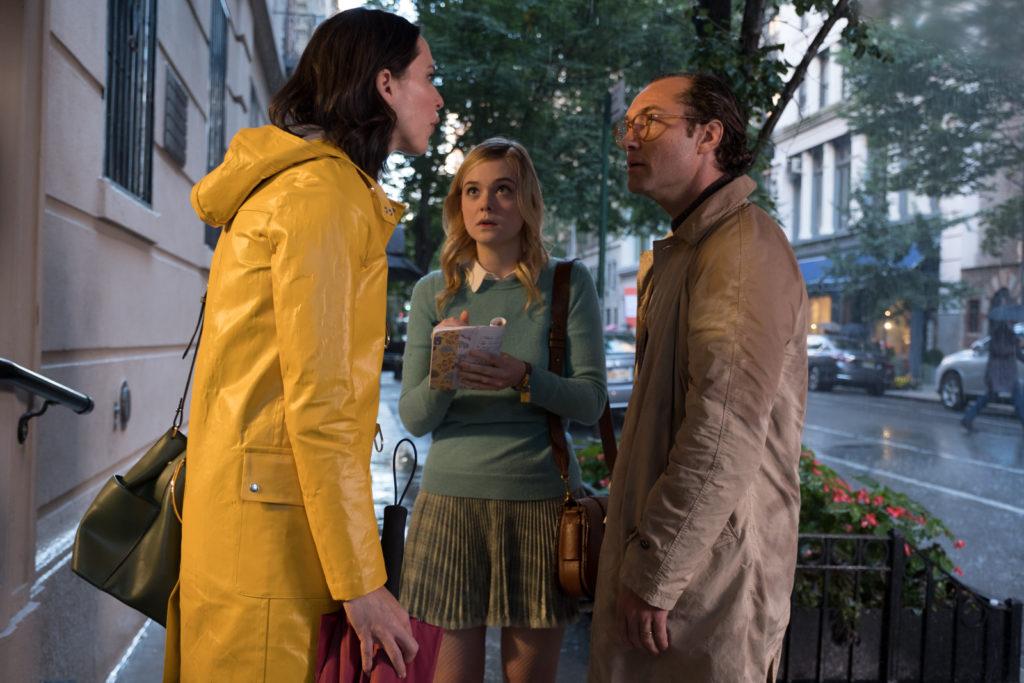 Ted Davidoff, gespielt von Jude Law, und seine Frau, gespielt von Rebecca Hall, stehen sich auf der Straße gegenüber und streiten sich. Ashleigh, gespielt von Elle Fanning, steht daneben und schreibt eifrig mit.