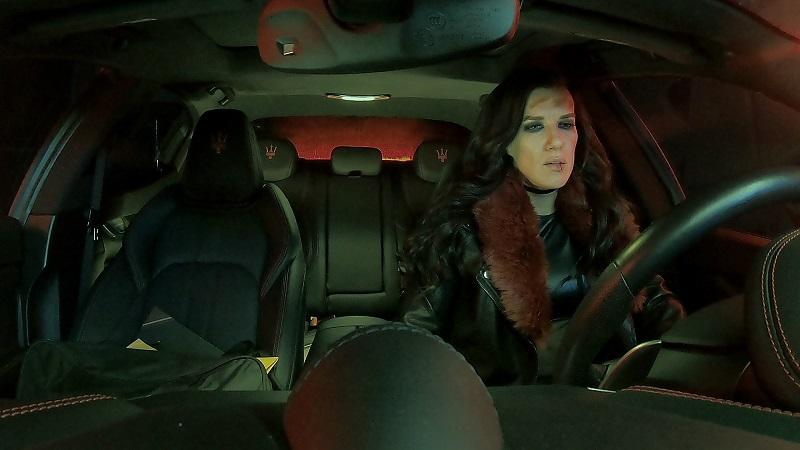 Frontansicht der Fahrerkabine eines Sportwagens: Rhona sitzt am Steuer in Acceleration - Gegen die Zeit