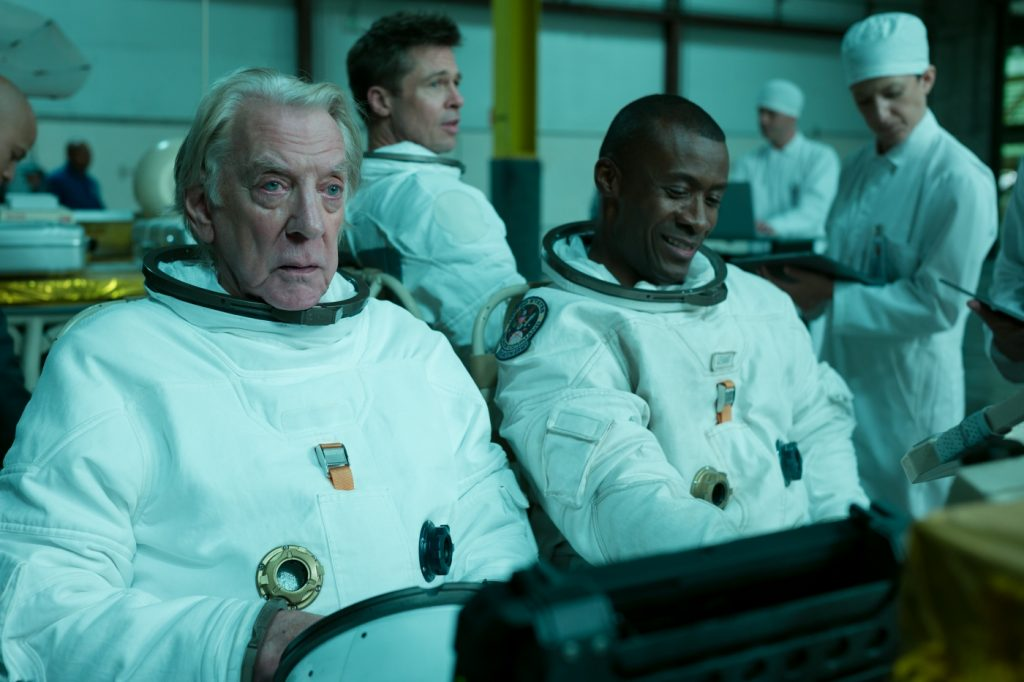 Roy McBride (Brad Pitt) trifft in Ad Astra - Zu den Sternen immer wieder auf Weggefährten wie Colonel Pruitt (Donal Sutherland)
