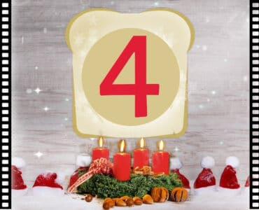 Filmtoast begrüßt zum Adventsfrühstück Podcast #4. Auf dem Bild sind eine Menge Weihnachtsmützen. In der Mitte ist ein Adventskranz mit vier angezündeten Kerzen. Darüber schwebt das Filmtoast-Logo mit einer großen roten 4 darin. Umrandet wird das Bild von zwei Filmrollen.
