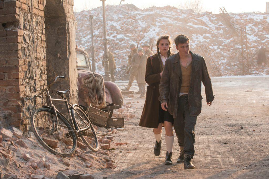 Albert (rechts, Jannik Schümann) und Freda (links, Flora Thiemann) durchschreiten das zerstörte Hamburg ©20th Century Fox