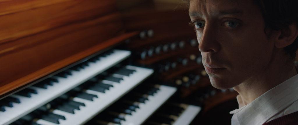 Alberto stimmt die Orgel in El prófugo