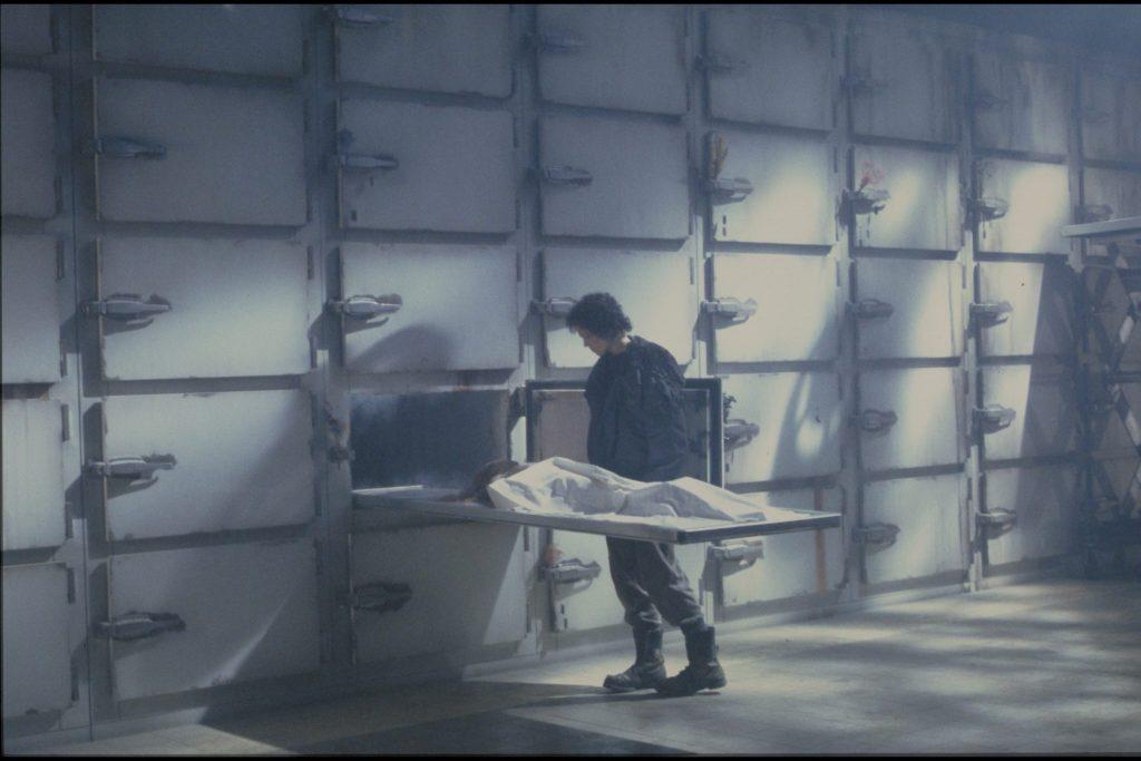 Sigourney Weaver als Ripley steht im Leichenhaus.