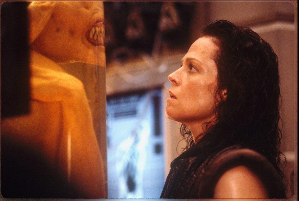 Sigourney Weaver betrachtet als Ripley Reagenzgläser