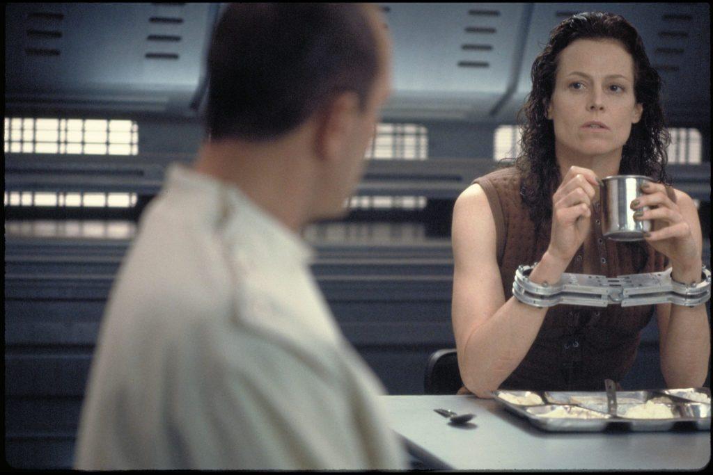 Sigourney Weaver trinkt als Ripley einen Kaffee.
