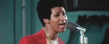 Aretha Franklin singt mit rotem Blazer im Abspann von Aretha Franklin: Amazing Grace