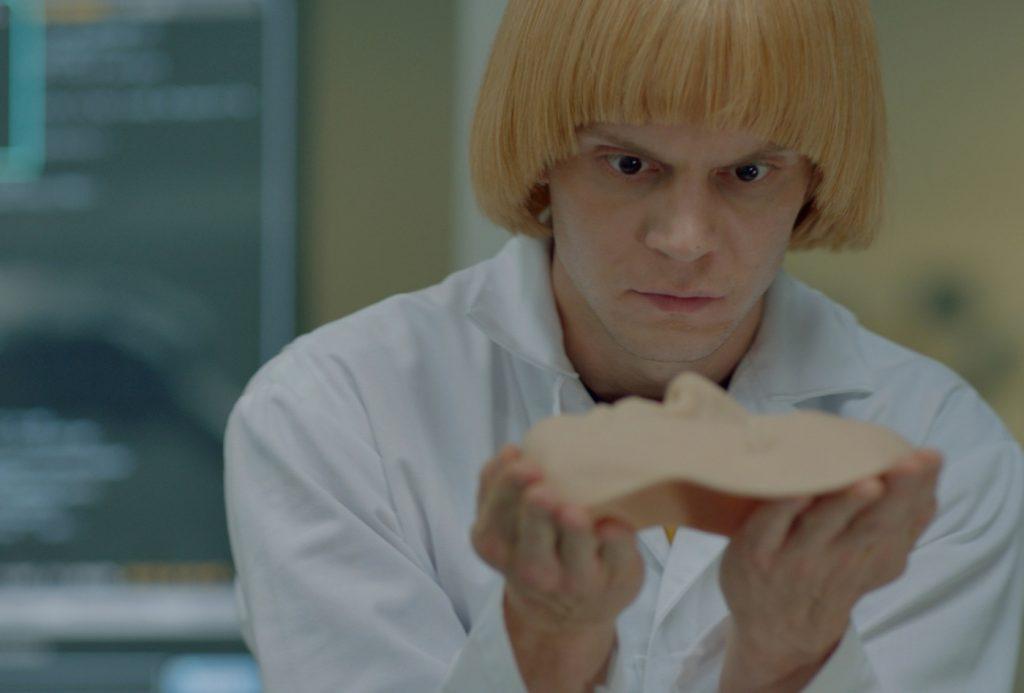 Evan Peters forscht als exzentrischer Wissenschaftler an Androiden in Evan Peters in einer seiner vielen Rollen in American Horror Story - Apokalypse