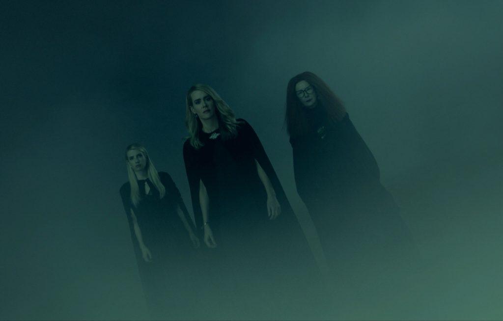 Emma Roberts, Sarah Paulson und Frances Conroy treten als die Coven-Hexen aus dem Nebel in American Horror Story: Apocalypse