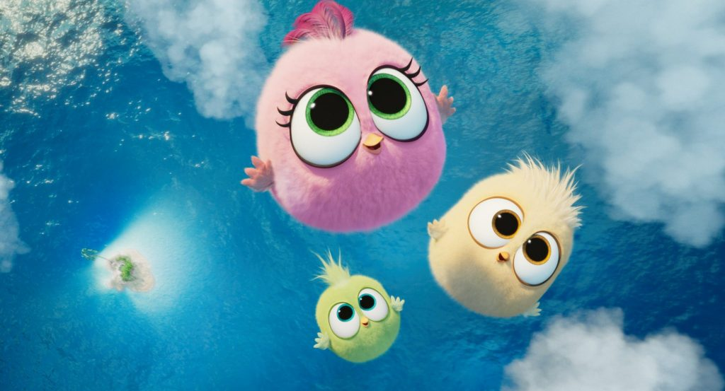 Die jungen Küken fliegen durch die Lüfte, unter ihnen Wasser   Angry Birds 2 – Der Film