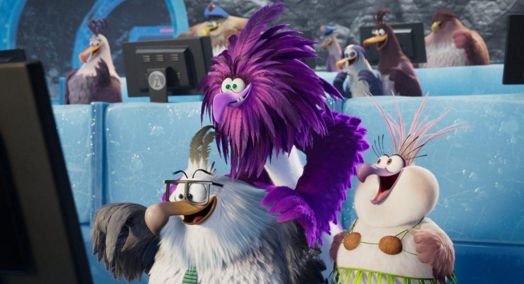 Die Bösewichtin Zeta aus Angry Birds 2 – Der Film steht mit schelmischem Gesicht vor einem Computer