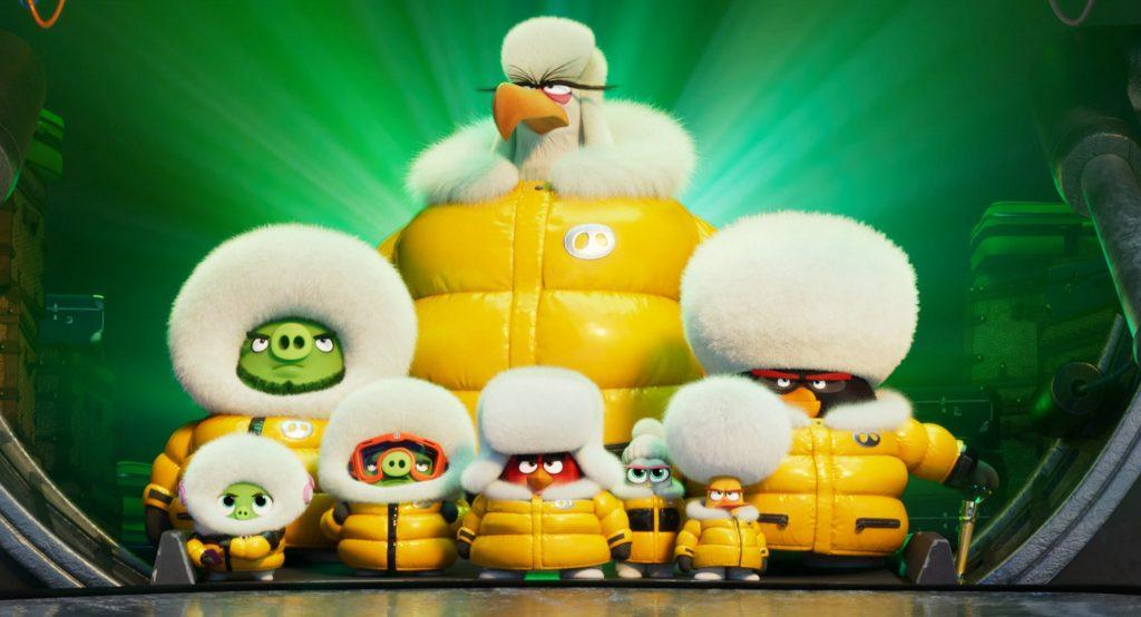 Das Superteam in Angry Birds 2 – Der Film steht zusammen in gelben Pelzmanteln