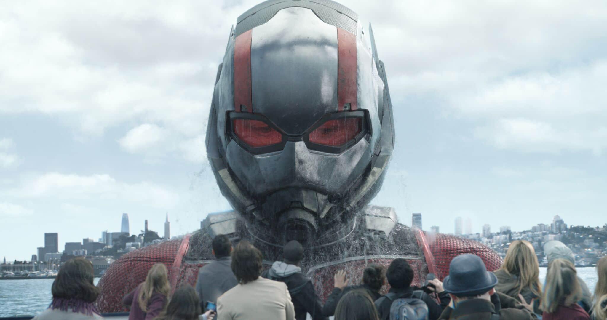 Ant-Man steigt vor einer Menschenmenge in seiner großen Fassung aus dem Wasser. Die erste News in unserem Filmtoast Newsbrunch