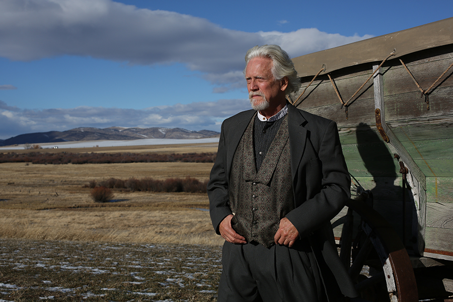 Jonathan Carrington steht vor einer kargen Landschaft und blickt in die Ferne