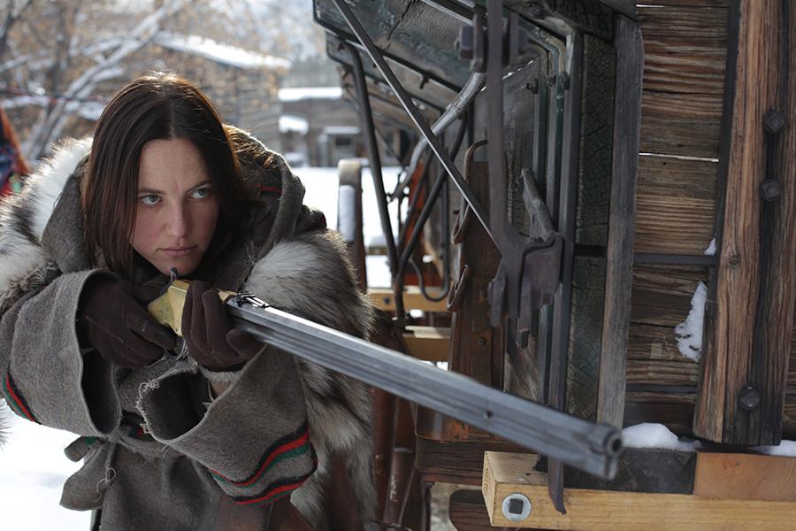 Rose Gage schleicht um eine Ecke und hält das Gewehr im Anschlag, Any Bullet Will Do
